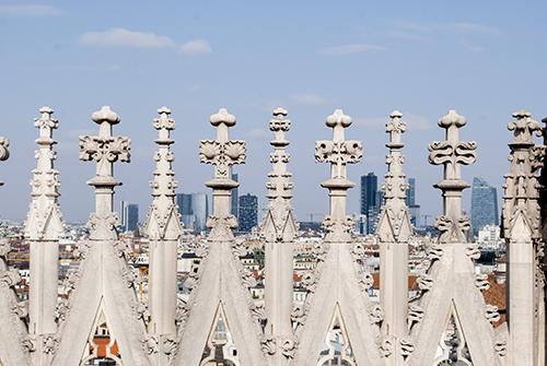 ミラノのドゥオモと近代ビル