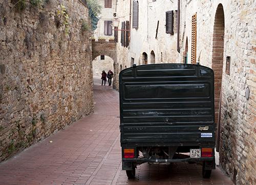 サンジミニャーノの裏通りとオート三輪