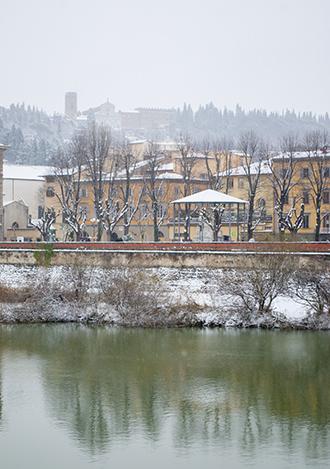 雪のアルノ川