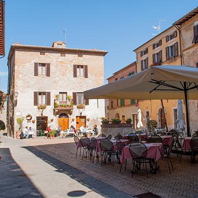 ピエンツァのレストランのある広場