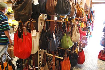 鞄屋の色とりどりの鞄