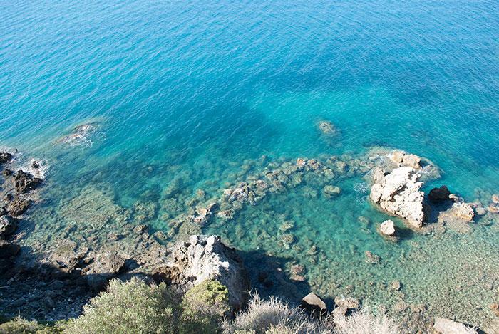 青く透き通るタラモーネの海
