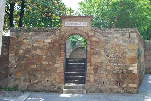 サン・クイリコ・ドルチャの薔薇園入口