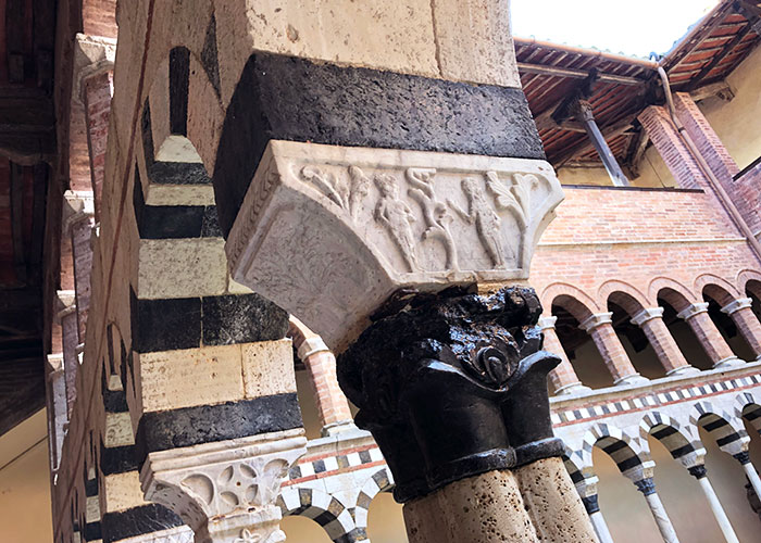 トッリ回廊の柱頭