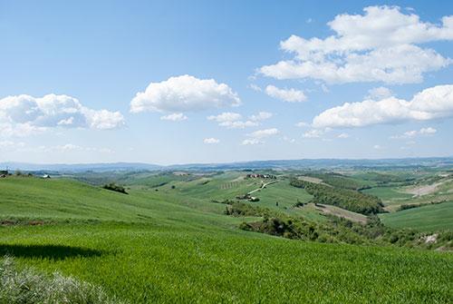 丘陵地と青空