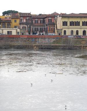 凍るアルノ川