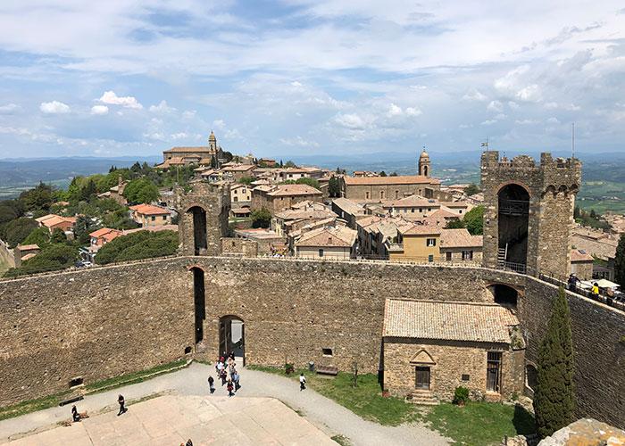 城塞からモンタルチーノの町を眺める